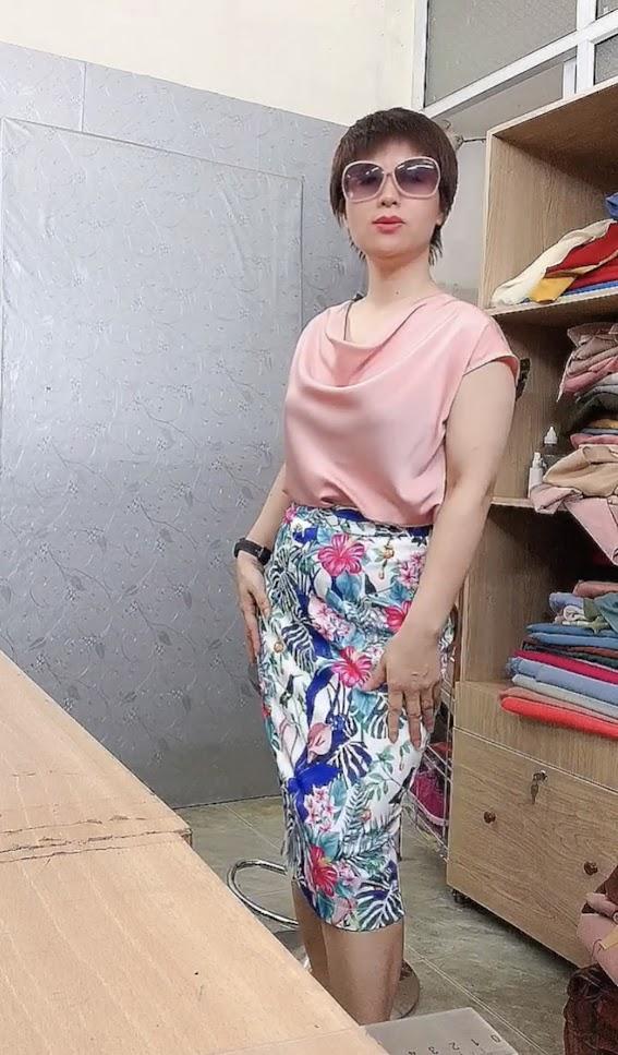 Áo cổ đổ phối đồ với chân váy bút chì và vá xòe thời trang thủy sài gòn