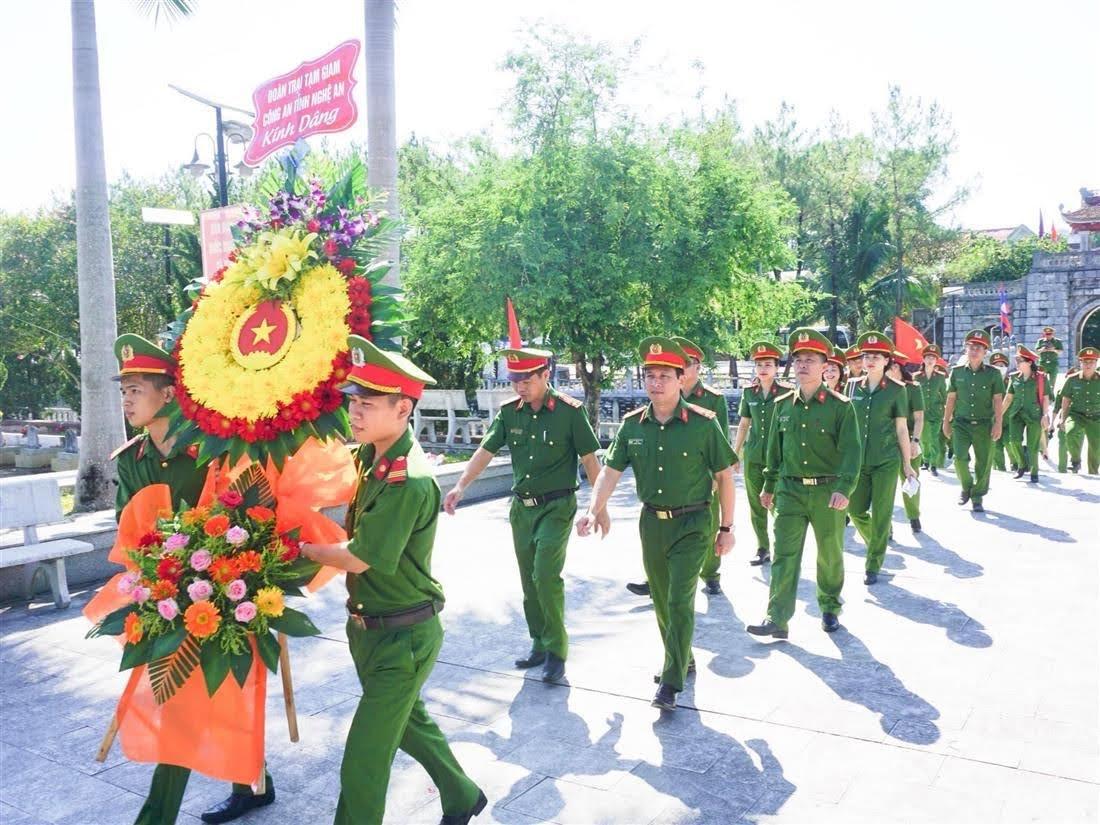 Dâng hương Nghĩa trang Liệt sỹ Việt Lào