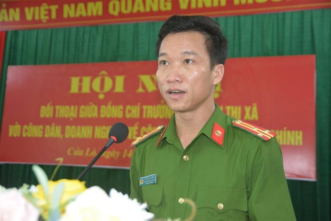 Thượng tá Trần Đức Thân, Trưởng Công an thị xã Cửa Lò tiếp thu, giải trình những ý kiến đóng góp của người dân và doanh nghiệp