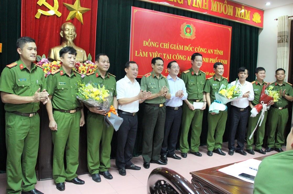 Đồng chí Thiếu tướng Võ Trọng Hải, Giám đốc Công an tỉnh trao thưởng cho các tập thể, cá nhân có thành tích xuất sắc của Công an TP Vinh