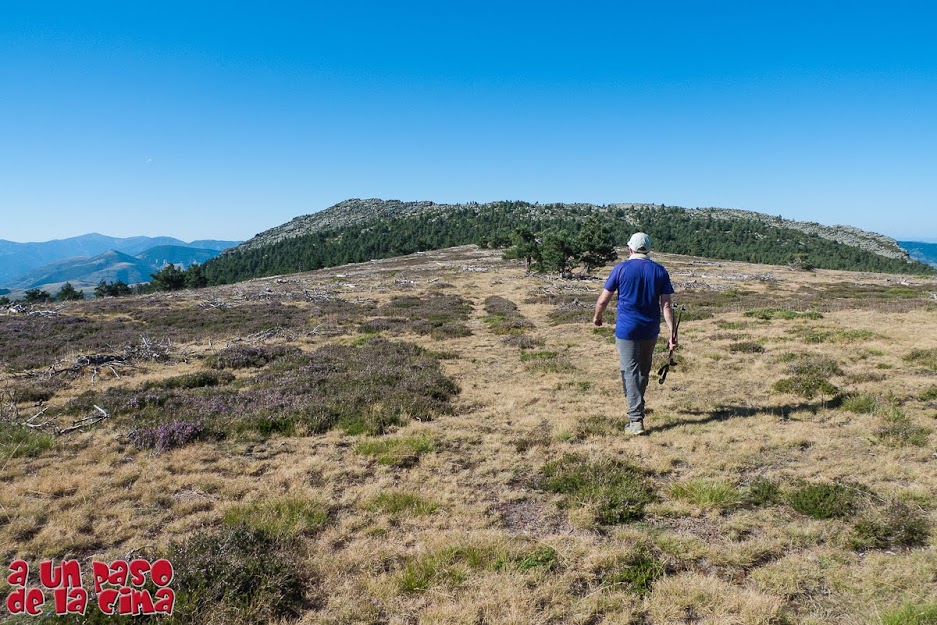Caminando hacia Peña Negra (2023 m).