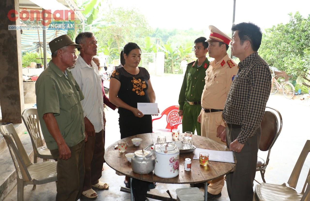 Ban ATGT tỉnh đến thăm hỏi, chia sẻ, động viên những hộ gia đình có nạn nhân trong các vụ tai nạn giao thông trên địa bàn xã Bình Sơn, huyện Anh Sơn         - Ảnh: Cao Loan