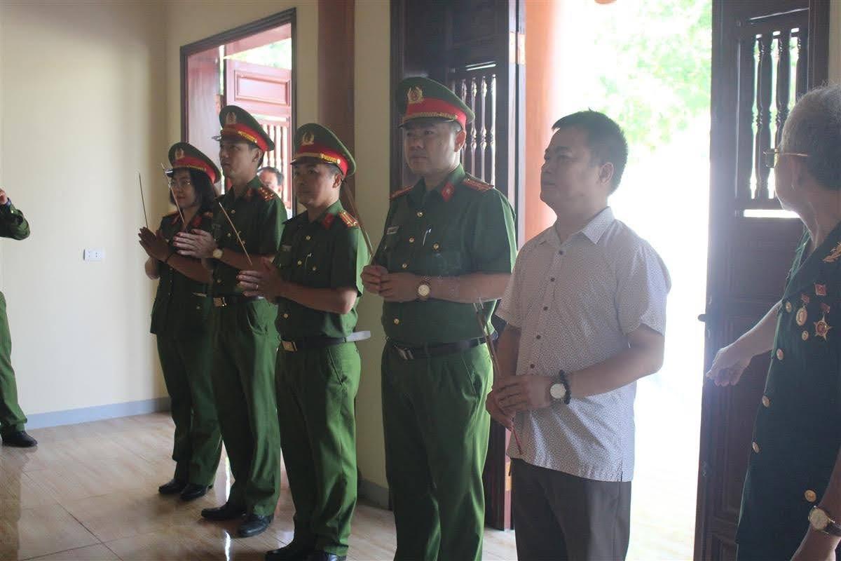 Đoàn công tác Phòng Cảnh sát QLHC về TTXH thắp hương tại Khu tương niệm Trung tâm điều dưỡng thương binh Nghệ An