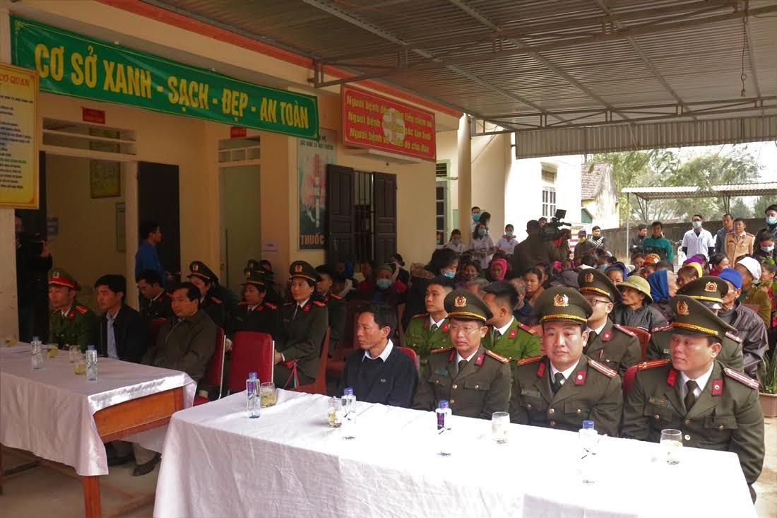 Đoàn thiện nguyện và đông đảo bà con nhân dân xã Liên Hợp