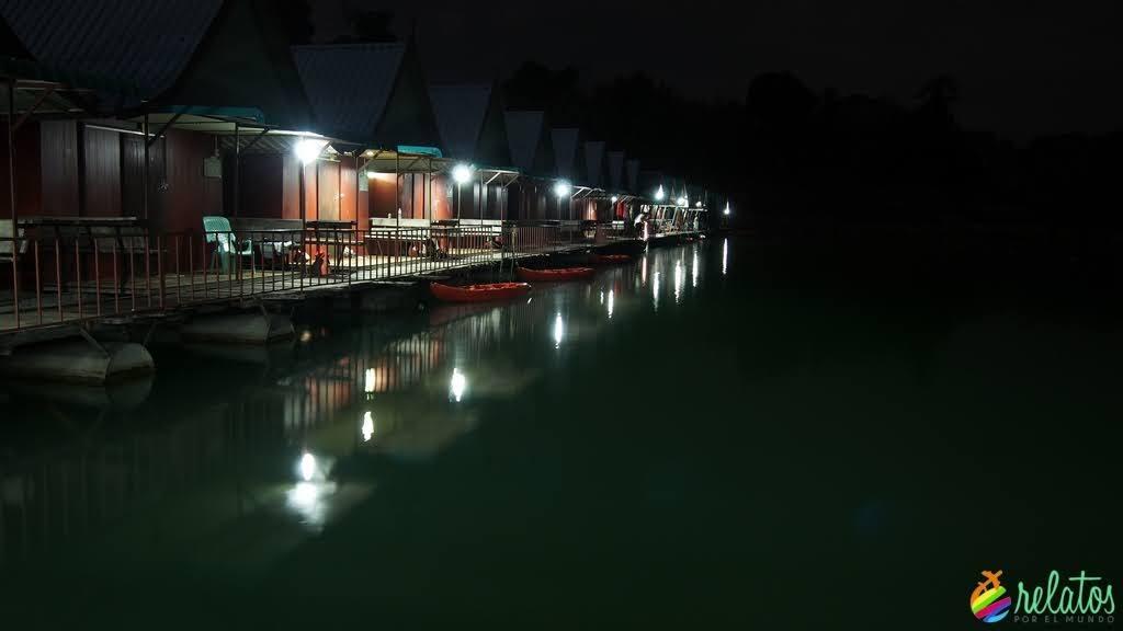 Bungallows flotantes en Khao Sok
