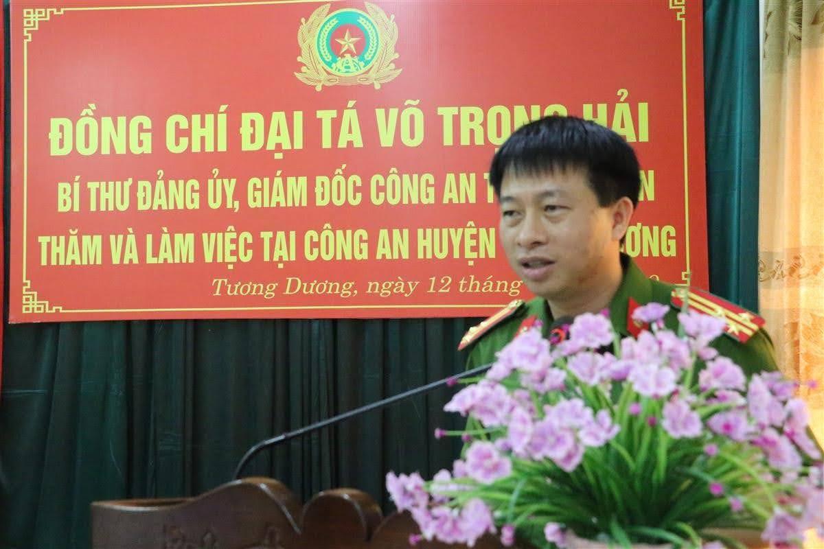 Đồng chí Thượng tá Trần Phúc Tú, Trưởng Công an huyện Tương Dương báo cáo tình hình, kết quả các mặt công tác của Đơn vị trong 8 tháng đầu năm.
