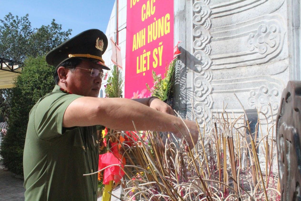 Đồng chí Thiếu tá Nguyễn Thanh Tuấn, Phó Bí thư Chi bộ, Phó Trưởng phòng dâng hoa, dâng hương tưởng niệm các Anh hùng liệt sỹ tại nghĩa trang liệt sỹ Quốc tế Việt - Lào.