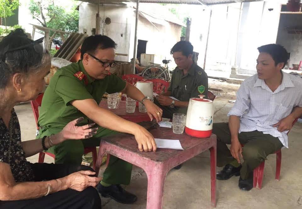 Cán bộ Đội Cảnh sát QLHC về TTXH Công an huyện Quỳ Châu làm thủ tục cấp, phát CMND cho người có hoàn cảnh khó khăn, người cao tuổi, người bị bệnh hiểm nghèo, tàn tật, gia đình chính sách…