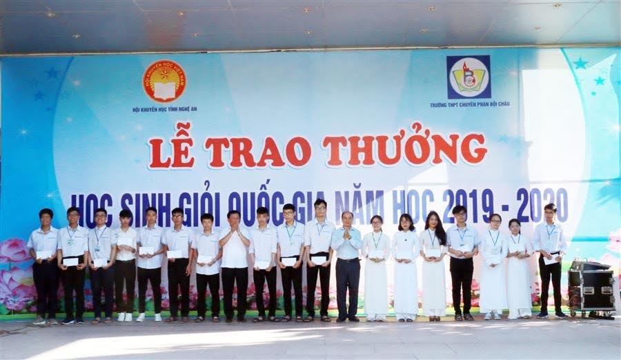 Chủ tịch Hội Khuyến học tỉnh Trần Xuân Bí và Hiệu trưởng nhà trường trao thưởng cho những học sinh đạt giải Nhất.