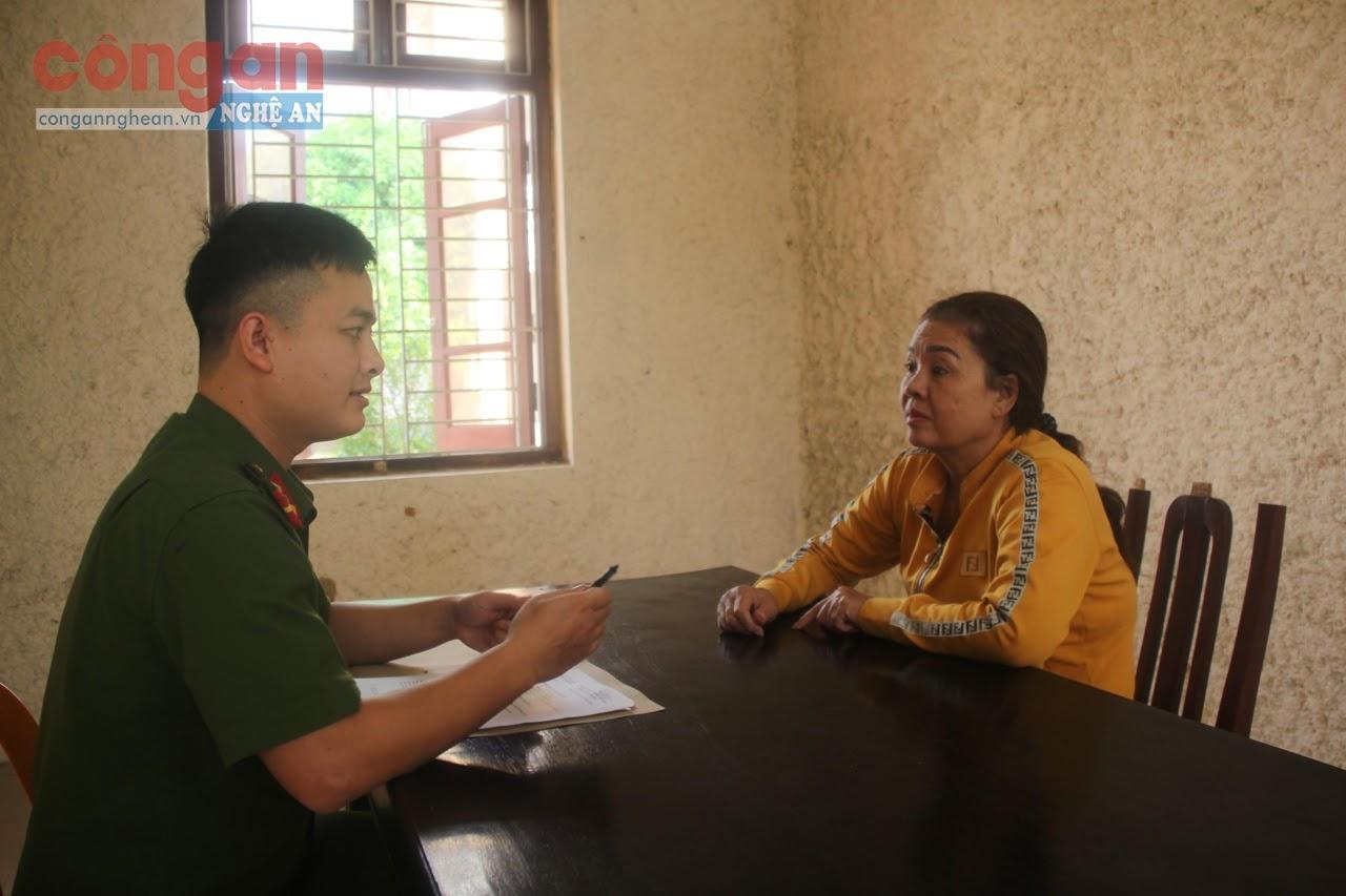 Cán bộ Công an huyện Nam Đàn lấy lời khai đối tượng Nguyễn Thị Hà