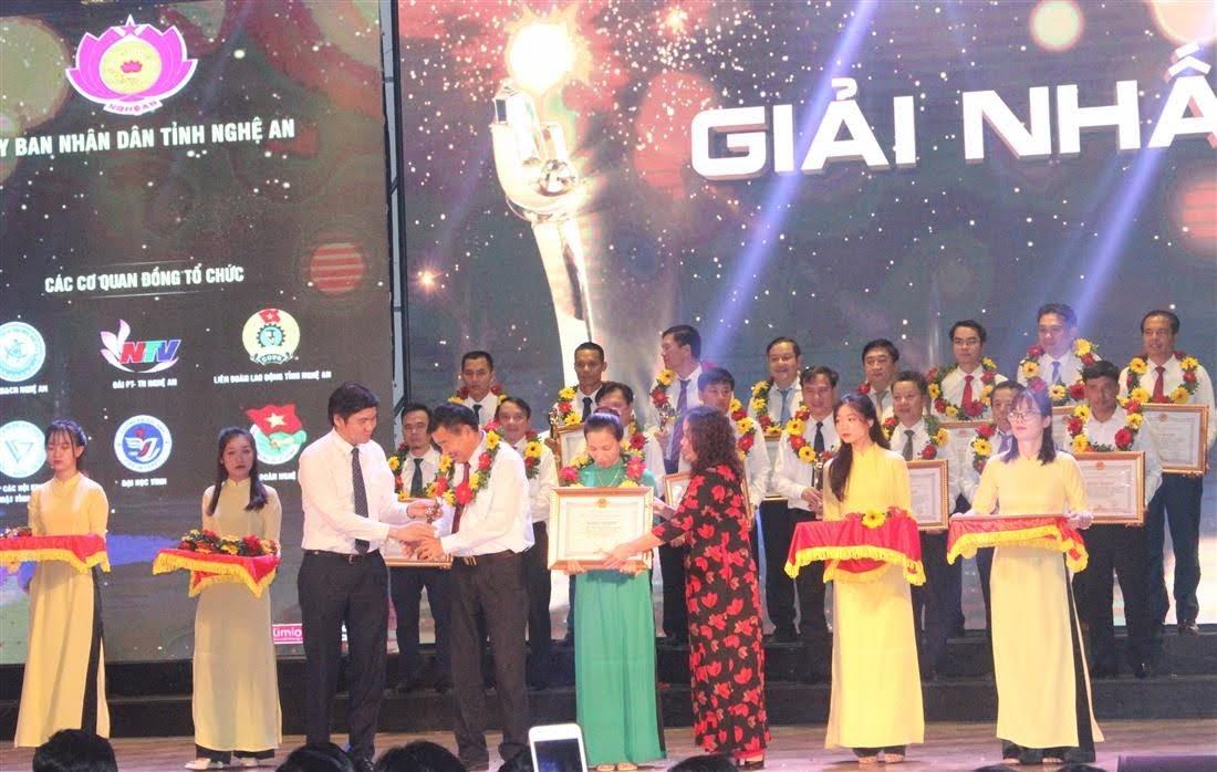 Đồng chí Nguyễn Thị Thu Hường - Trưởng Ban Tuyên giáo Tỉnh ủy và đồng chí Hoàng Nghĩa Hiếu - Phó Chủ tịch UBND tỉnh trao giải Nhất giải thưởng sáng tạo KH&CN tỉnh năm 2020