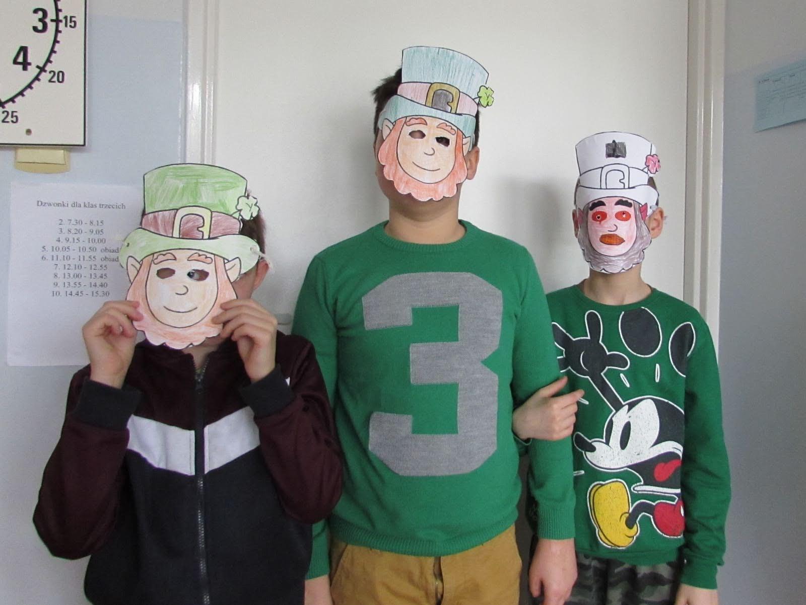 Chłopcy ubrani na zielono, na twarzy mają maski skrzata Leprechaun.