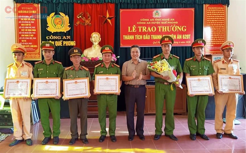 Đồng chí Lê Văn Giáp, Phó Bí thư Huyện ủy, Chủ tịch UBND                           huyện Quế Phong khen thưởng đột xuất cho các tập thể, cá nhân                           trong Ban chuyên án