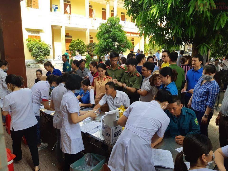 Cán bộ, chiến sỹ Công an huyện đăng ký tham gia hiến máu.