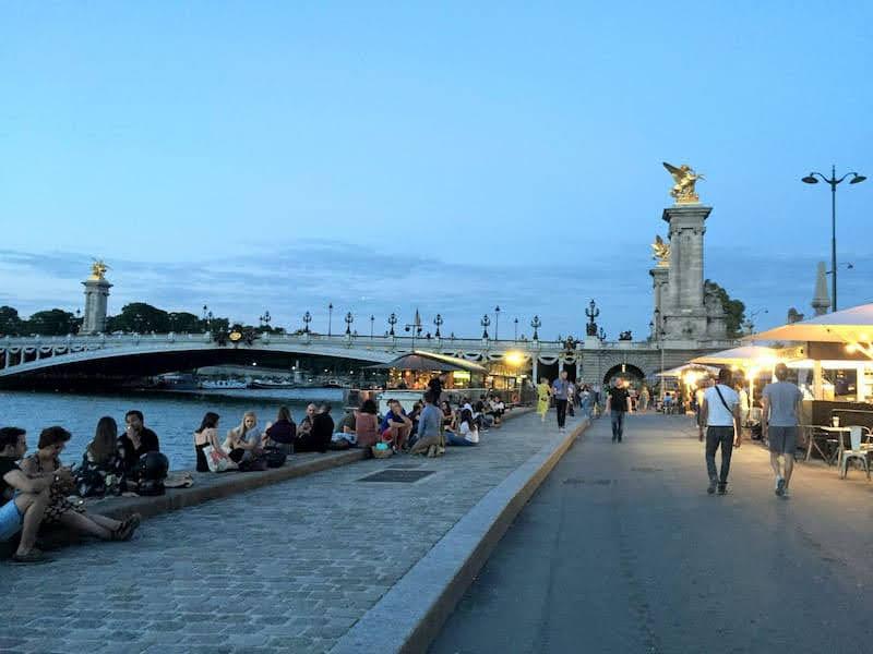 エミリー、パリへ行く 撮影後の打合せ Bistrot Alexandre III