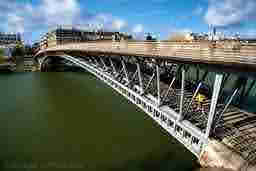 エミリー、パリへ行く the Bridge with sylvie Léopold Sedar Senghor