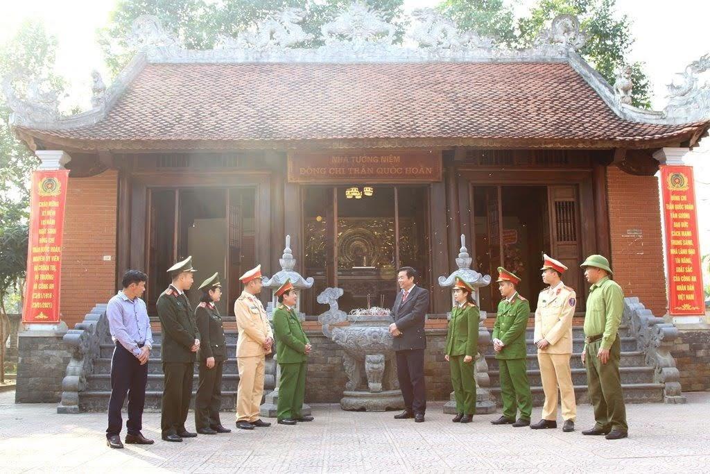Đại tá Nguyễn Trọng Tuấn, nguyên Trưởng phòng Ngoại tuyến, Công an tỉnh Nghệ An, hiện là Tộc trưởng họ nội thân của gia đình cố Bộ trưởng (là cháu gọi Bộ trưởng là ông chú) đang cùng với lãnh đạo, cán bộ chiến sĩ Công an huyện Nam Đàn ôn lại truyền thống tại nhà tưởng niệm.