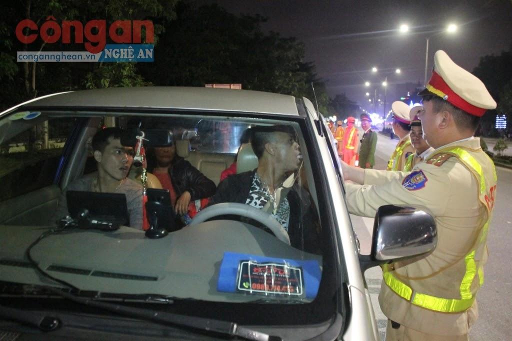 Lực lượng CSGT kiểm tra nồng độ cồn đối với                           người điều khiển phương tiện
