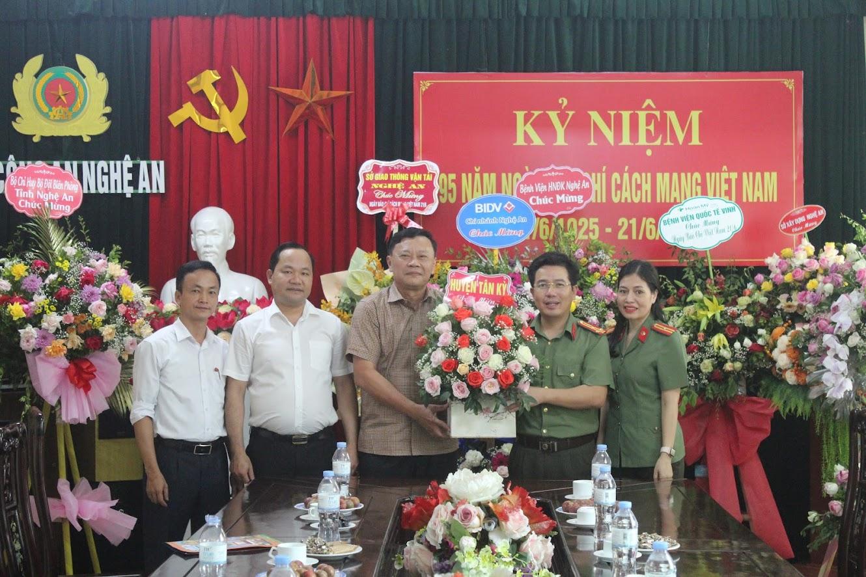Huyện Tân Kỳ chúc mừng Báo Công an Nghệ An