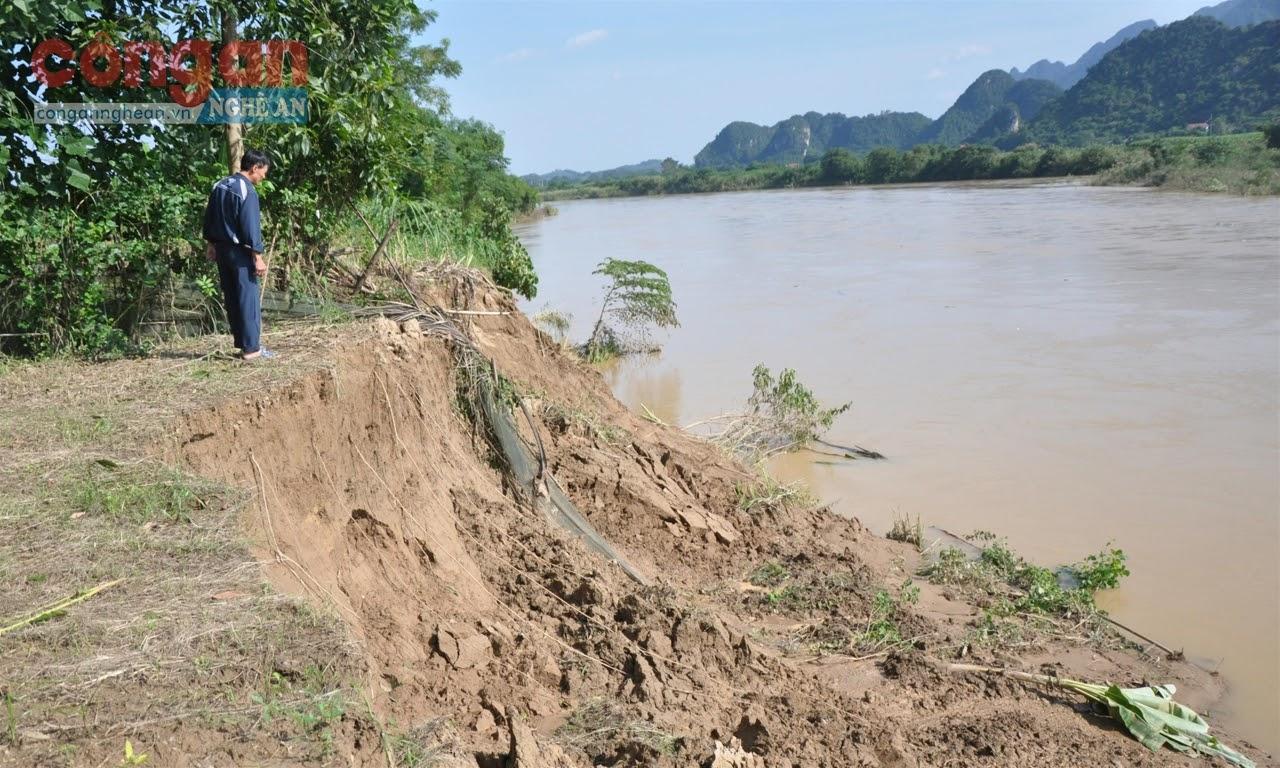 Sau đợt lũ lụt vừa qua, nhiều hộ dân sinh sống hai bên  bờ sông nơm nớp nỗi lo sạt lở đất