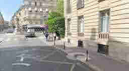 エミリー、パリへ行く une affiche de Swan Lake Place de Saint-Georges