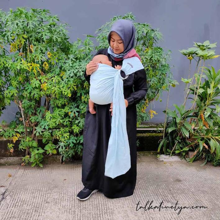 hands free carrier menggendong bayi sambil bebas beraktivitas