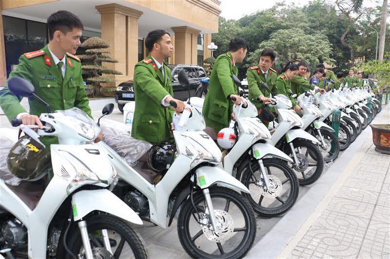 Lực lượng Công an xã trực tiếp nhận xe mô tô