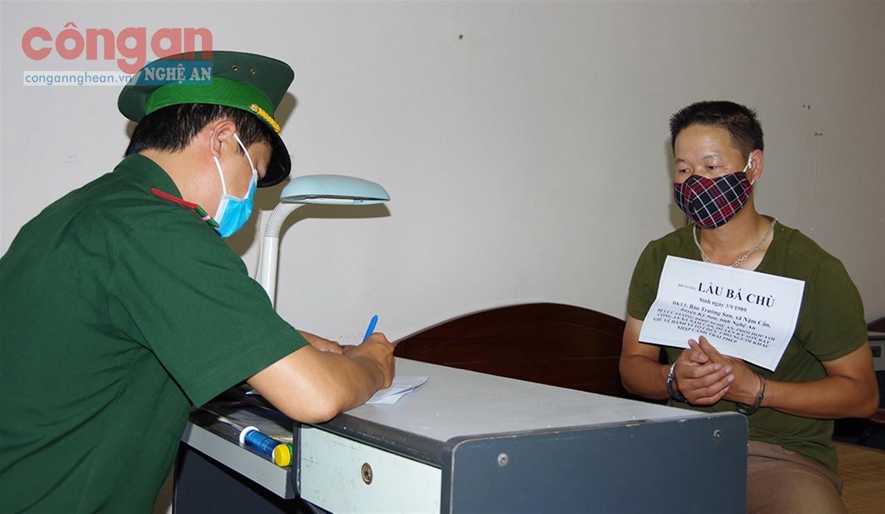 Cán bộ Biên phòng Nghệ An lấy lời khai đối tượng  Lầu Bá Chù về hành vi đưa người vượt biên trái phép
