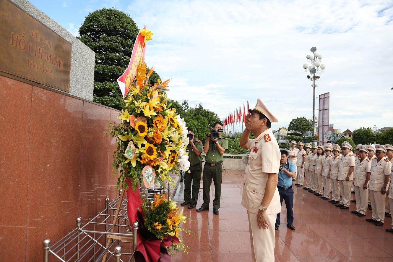 Đồng chí Đại tá Võ Trọng Hải, Uỷ viên Ban Thường vụ Tỉnh uỷ, Bí thư Đảng uỷ dâng hoa