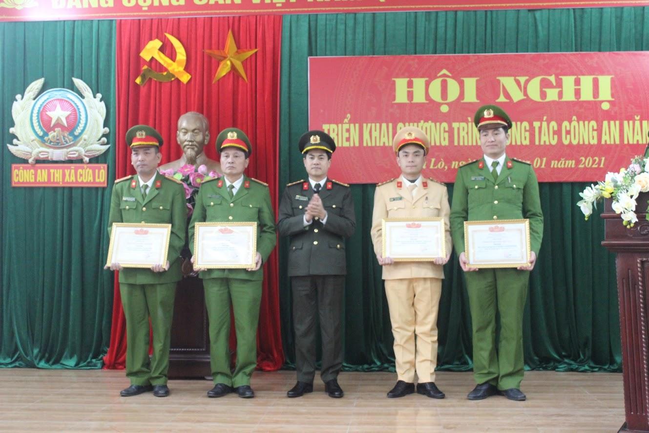 Trao danh hiệu Đơn vị Quyết thắng cho các đội nghiệp vụ và Công an phường