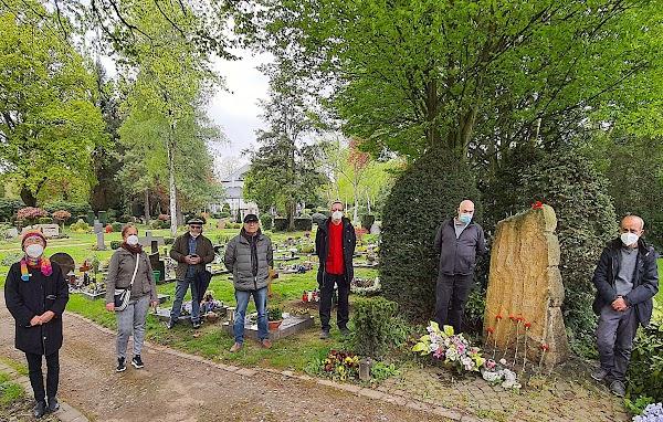 Antifaschisten am Gedenkstein.