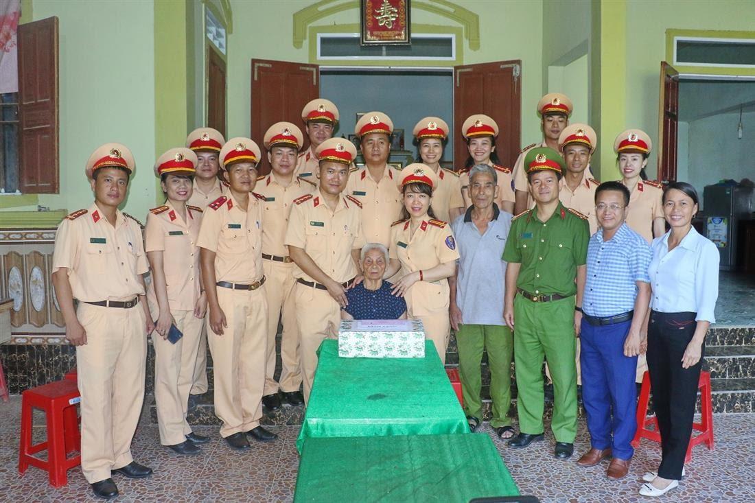 Thăm, tặng quà mẹ Việt Nam anh hùng Nguyễn Thị Năm, 92 tuổi, có hai con là liệt sỹ tại xã Thanh Lĩnh, huyện Thanh Chương.