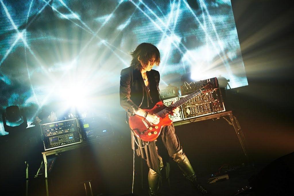 SUGIZO 首次直播結合燈光影像演出超炫目 「一起努力跨越困難並共創新的時代吧!」