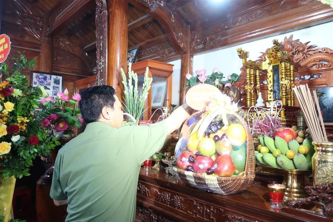 Đồng chí Đại tá Võ Trọng Hải – Giám đốc Công an tỉnh dâng hương lên bàn thờ cố Thiếu tướng Lê Văn Khiêu