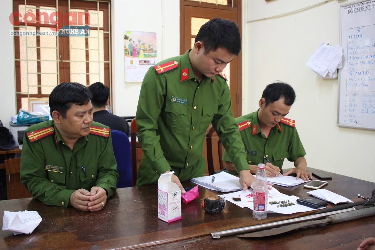 Công an huyện Hưng Nguyên kiểm tra tang vật thu giữ trong một chuyên án