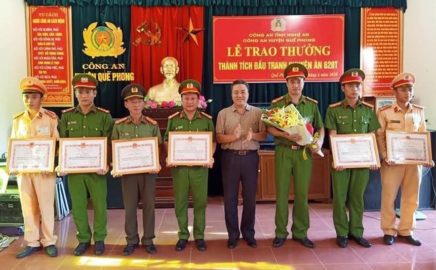 Đồng chí Lê Văn Giáp - Phó Bí thư Huyện ủy, Chủ tịch UBND huyện Quế Phong khen thưởng đột xuất cho các tập thể, cá nhân trong Ban chuyên án.