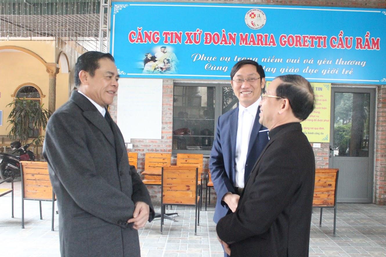 Thiếu tướng Võ Trọng Hải, Giám đốc Công an tỉnh Nghệ An trò chuyện với linh mục Đaminh Phạm Xuân Kế, Giáo xứ Cầu Rầm.