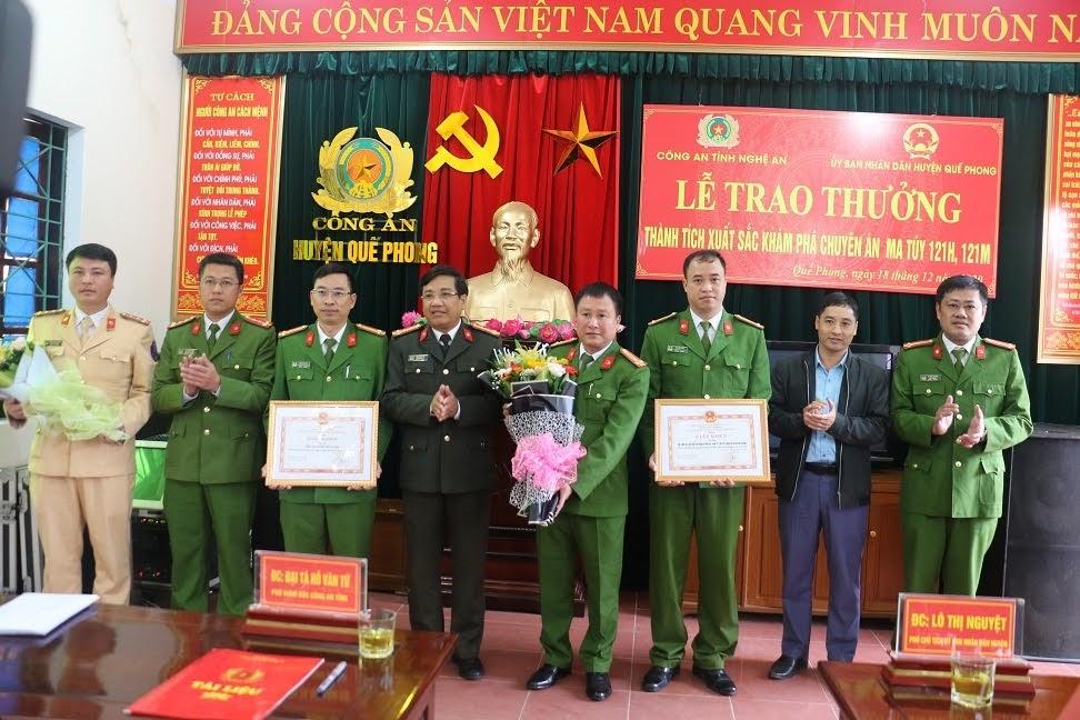 Đại tá Hồ Văn Tứ, PGĐ Công an tỉnh trao thưởng cho Công an huyện Quế Phong và các đơn vị phối hợp