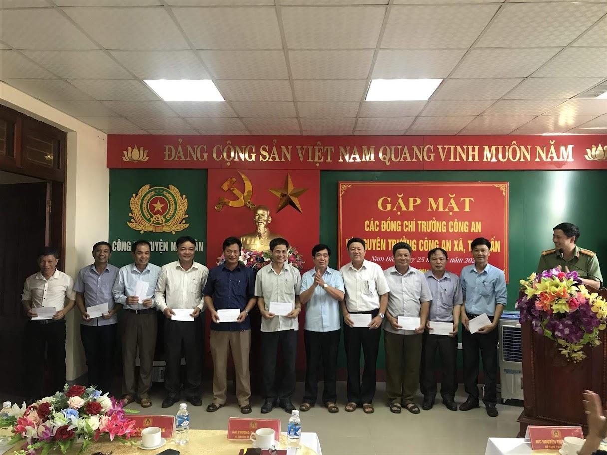 Đồng chí Đinh Xuân Quế, Phó bí thư Huyện ủy, Chủ tịch UBND huyện Nam Đàn tặng quà cảm ơn các đồng chí nguyên Trưởng Công an xã, thị trấn đã có nhiều đóng góp trong thời gian qua.