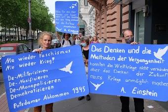 Demonstrierende mit Plakaten: «Nie wieder Faschismus. Nie wieder Krieg!…», «Das Denken und die Methoden der Vergangenheit konnten die Weltkriege nicht verhindern, aber das Denken der Zukunft muss Kriege unmöglich machen. A. Einstein».