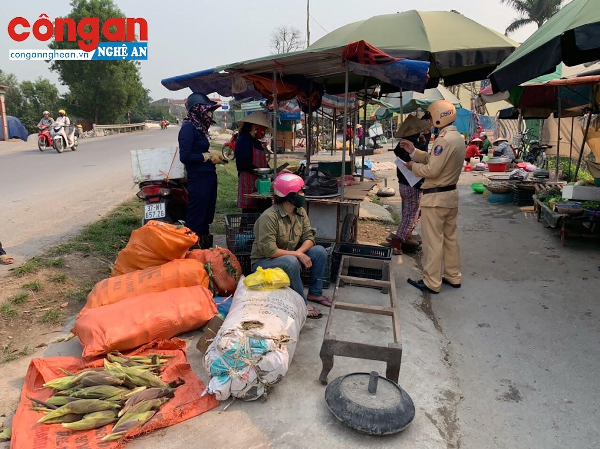 Tuyên truyền, nhắc nhở, xử lý các hộ dân có hành vi buôn bán lấn chiếm hành lang ATGT là việc làm thường xuyên của Đội CSGT Công an huyện Hưng Nguyên
