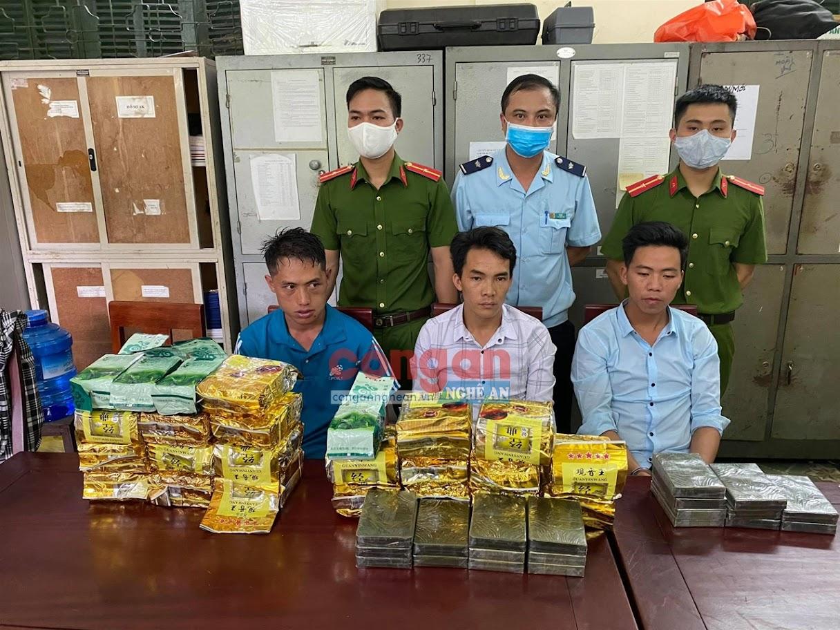 Công an huyện Kỳ Sơn bắt giữ 3 đối tượng (X) vận chuyển 20 bánh hêrôin,                20 kg ma túy đá, 4 kg ma túy tổng hợp