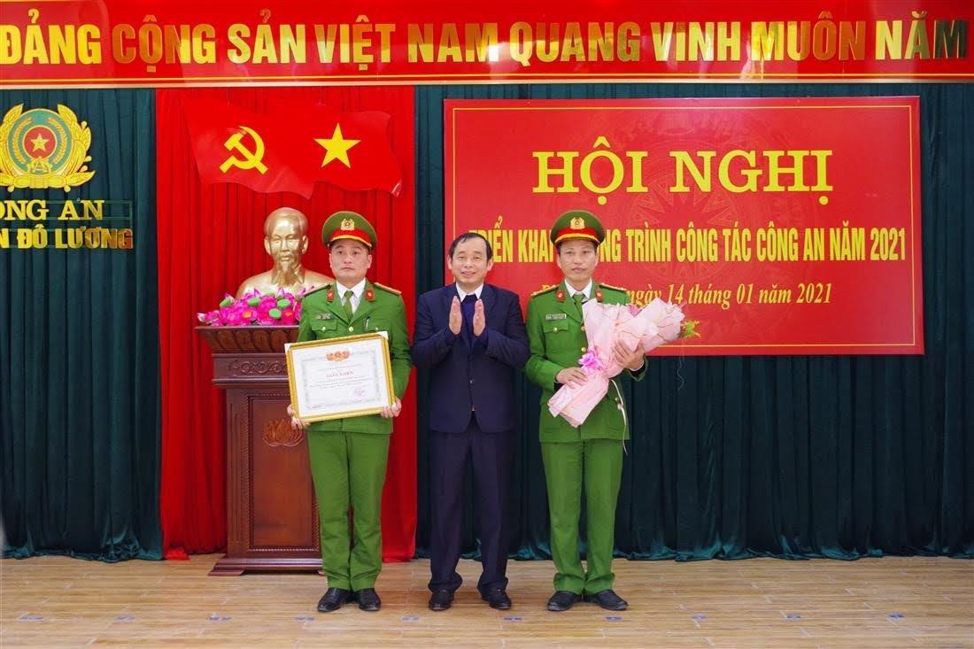 Chủ tịch UBND huyện Đô Lương trao tặng Giấy khen kèm theo phần thưởng 7.000.000 đồng cho Công an huyện Đô Lương về thành tích xuất sắc trong khám phá thành công 2 Chuyên án ma túy