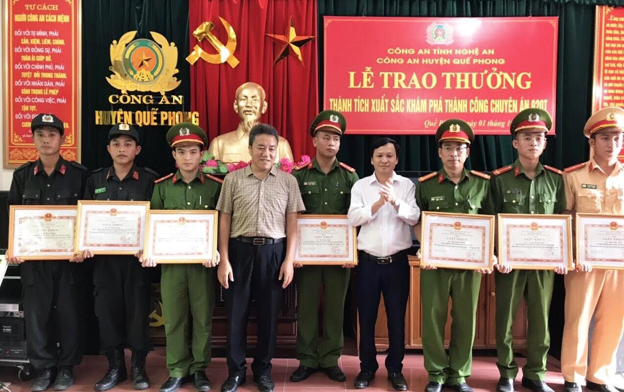 Các đồng chí Lãnh đạo huyện Quế Phong trao thưởng cho Công an huyện Quế Phong về thành tích xuất sắc đấu tranh, khám phá thành công chuyên án ma túy lớn.