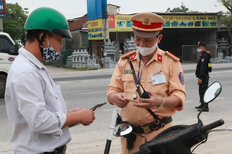 """""""Luật Bảo trật tự an toàn giao thông đường bộ"""" giúp nhân dân hiểu được mục đích, quan điểm xây dựng Luật Bảo đảm trật tự, an toàn giao thông đường bộ."""