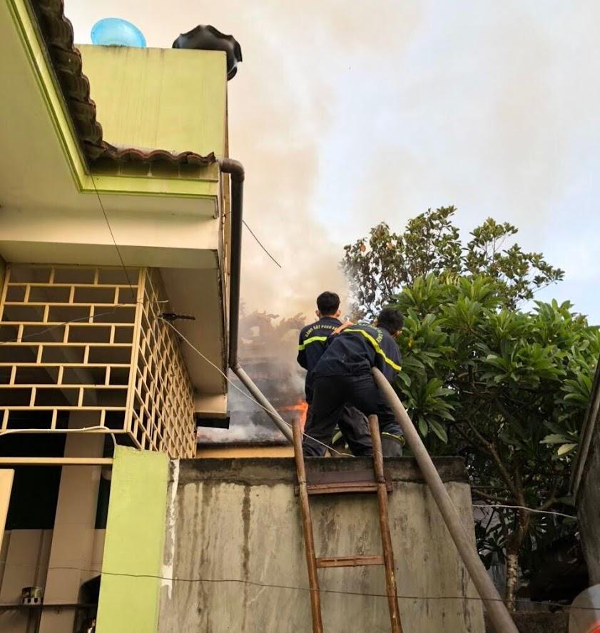 Leo lên mái nhà hàng xóm để phun nước ngăn lửa cháy lan