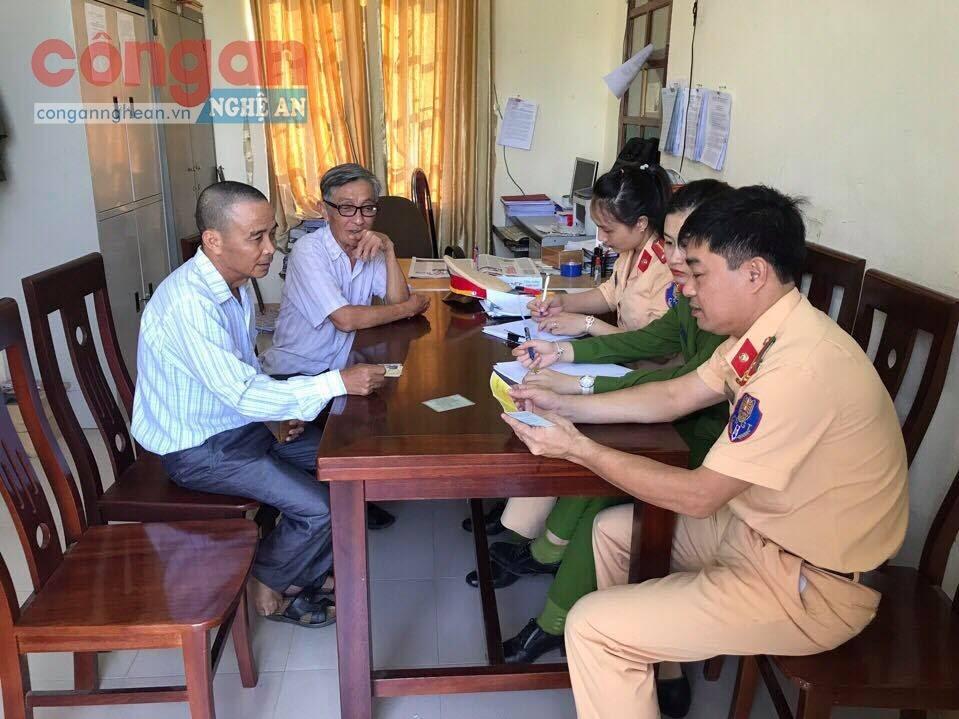 Đội Cảnh sát Giao thông xuống địa bàn hướng dẫn người dân  đăng ký phương tiện