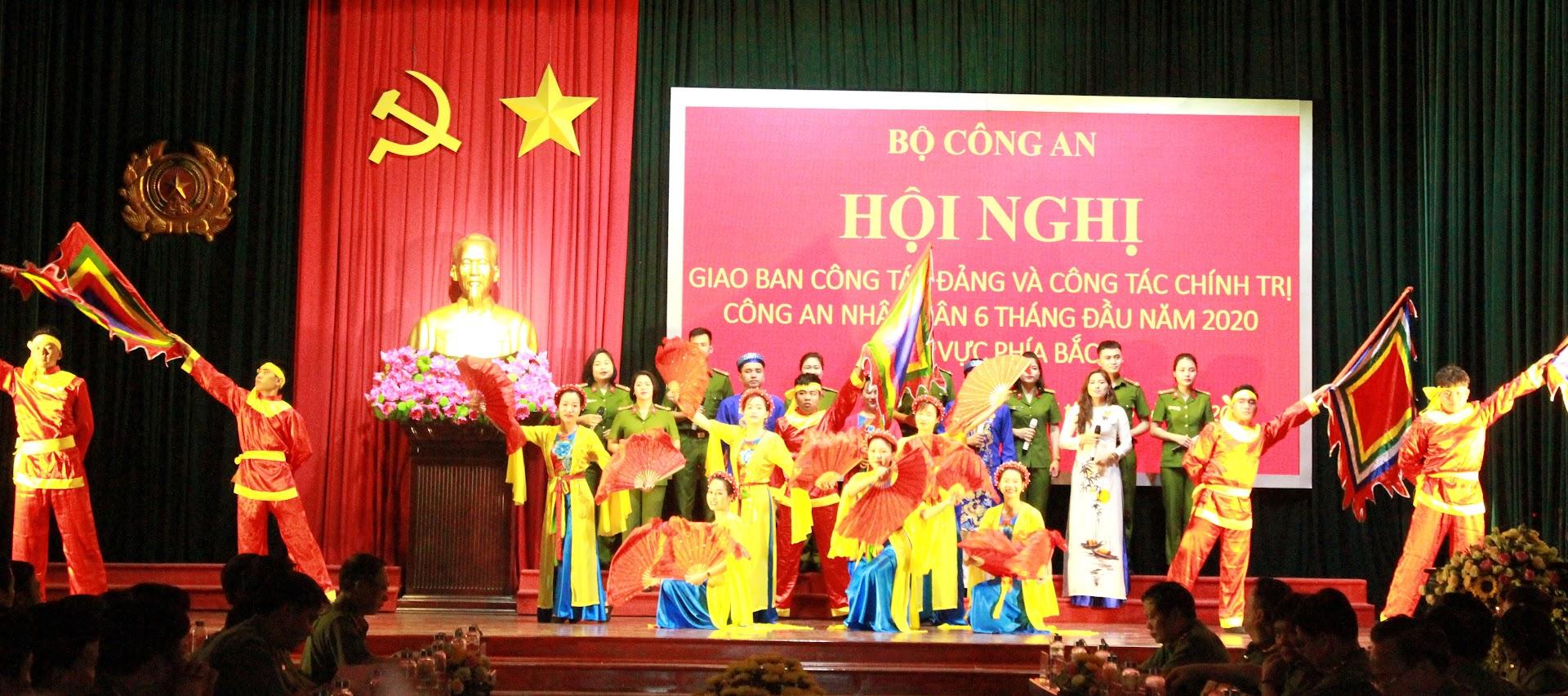 Văn nghệ chào mừng Hội nghị do Đội văn nghệ Công an tỉnh Hà Nam thực hiện