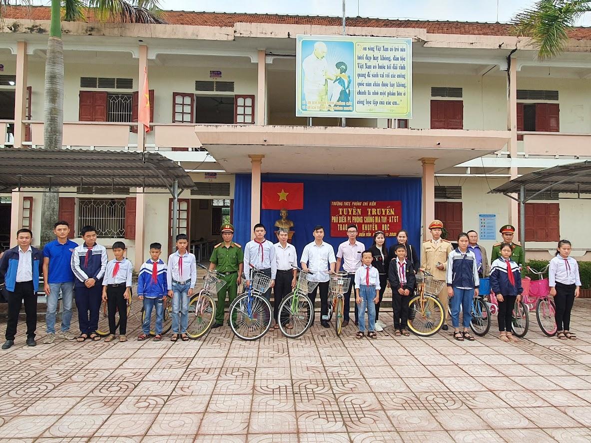 Công an huyện Diễn Châu đã trao tặng 10 chiếc xe đạp cho các em học sinh của trường có hoàn cảnh khó khăn cố gắng vươn lên trong học tập tại Trường THCS Phùng Chí Kiên (xã Diễn Yên, huyện Diễn Châu).