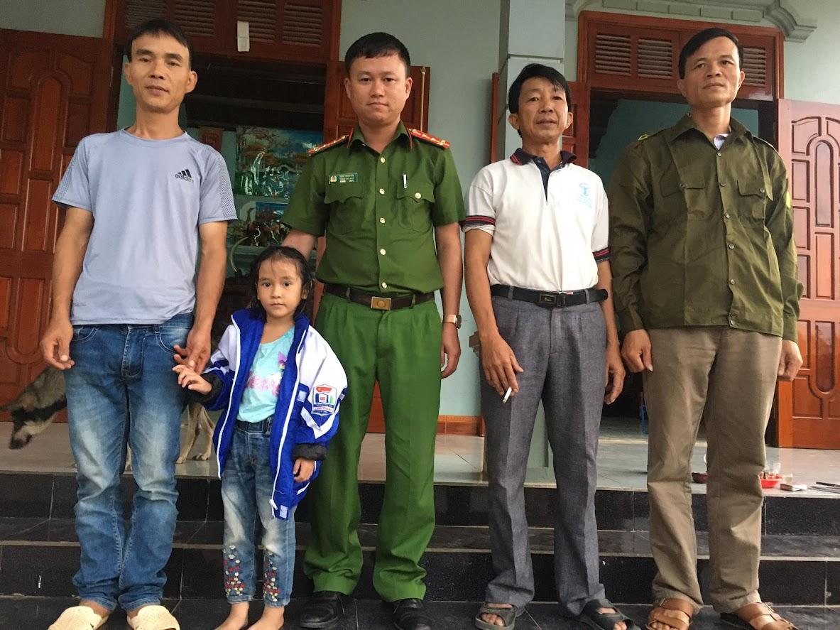 Nhờ sự giúp đỡ nhiệt tình của Công an xã Lăng Thành, cháu Hà Thị Hoài An được sớm trở về với gia đình an toàn, khỏe mạnh